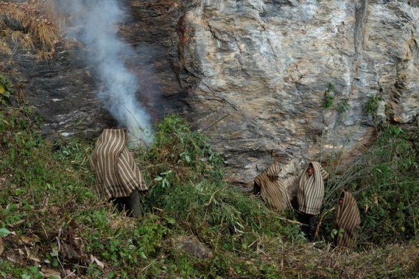 2-honey-hunting-himalayas-mountain