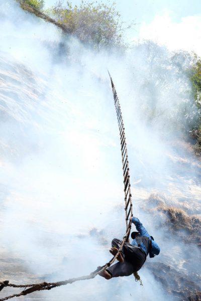 5-honey-hunting-himalayas-mountain-climb-ladder